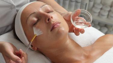 Kimyasal Peeling: Yapılışı, Türleri, Riskleri, Fiyatları ve İyileşme Süreci